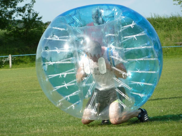 Bubbleballspieler kniet
